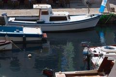 шлюпки затаивают среднеземноморское Стоковые Изображения