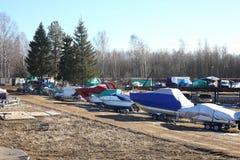 Шлюпки зимы паркуя - много шлюпок на трейлеры Стоковая Фотография RF