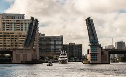 Шлюпки идя через открытый drawbridge стоковое фото rf