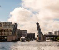 Шлюпки идя через открытый drawbridge стоковые фотографии rf