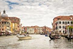 Шлюпки и гондолы на грандиозном канале в Венеции, Италии Стоковое фото RF
