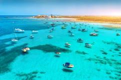 Шлюпки и роскошь плавать в прозрачном море на заходе солнца стоковая фотография