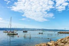 Шлюпки и спортивная площадка водного поло в Omis Стоковое фото RF