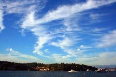 Шлюпки и яхта перед Ligurian побережьем под взглядом облачного неба от шлюпки Стоковые Изображения
