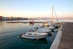 Шлюпки и яхты в первом солнце в Loutraki стоковая фотография rf