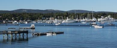 Шлюпки и яхты причалили в гавани в Мейне стоковые изображения