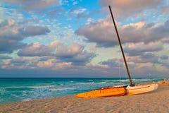 Шлюпки и kayaks на красивейшем кубинском пляже Стоковое фото RF