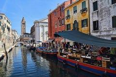Шлюпки канала и рынка в Венеции, Италии стоковое фото
