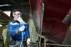Шлюпки картины работника в мастерской яхты Стоковые Изображения