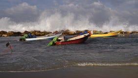 Шлюпки красный цвет, желтый цвет и белизна на океане, высоких волнах Стоковое Изображение RF