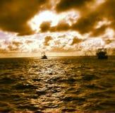 Шлюпки креветки в заливе стоковые фотографии rf