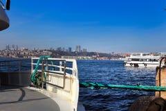 Шлюпки круиза Bosphorus Besiktas от Uskudar Стамбула Стоковые Фотографии RF