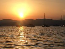 Шлюпки моря St Tropez захода солнца стоковое изображение