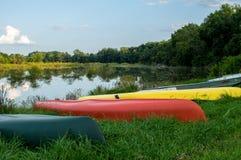 Шлюпки на банке озера Стоковое Фото
