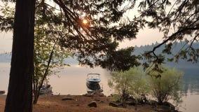 Шлюпки на восходе солнца стоковые изображения rf