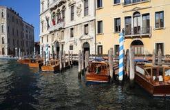Шлюпки на моле гостиницы в Венеции, Италии стоковые фото