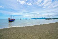 Шлюпки на пляже в Pran Buri, Таиланде стоковое изображение