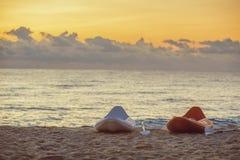 Шлюпки на пляже на заходе солнца Стоковые Фотографии RF