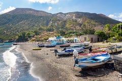 Шлюпки на пляже на острове Vulcano Стоковые Фото