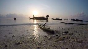 Шлюпки на пляже сток-видео