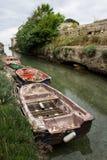 Шлюпки на шутке в канале, рыбацком поселке в Apulia, Torre Colimena, Италии стоковое фото rf