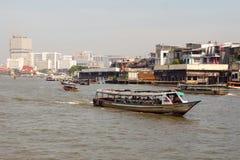 Шлюпки на Chao Реке Phraya в Бангкоке, Таиланде стоковая фотография