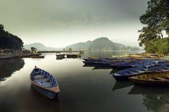 Шлюпки Непала в озере Begnas стоковые фотографии rf
