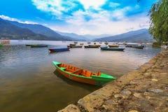 Шлюпки Непала, главная достопримечательность озера phewa, Pokhara стоковые фотографии rf