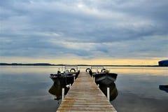 Шлюпки отдыхая на озере Shawano в Висконсине стоковые фотографии rf