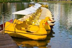 шлюпки плавая желтый цвет озера Стоковые Изображения
