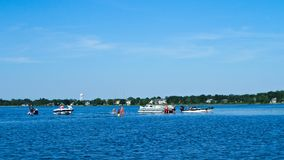 Шлюпки понтона на отмели на озере в Минесоте стоковые фотографии rf