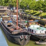 2 шлюпки поставленной на якорь в канале в городе Роттердама стоковая фотография