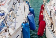 2 шлюпки поставленной на якорь на гавани Стоковое Изображение