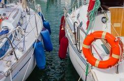 2 шлюпки поставленной на якорь на гавани Стоковое фото RF