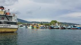 Шлюпки поставленные на якорь в гавани в Bitung