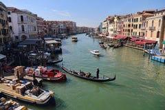 Шлюпки поставляя запас к ресторанам в Венеции, Италии стоковое изображение rf