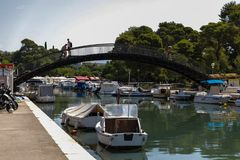 Шлюпки припаркованные в канале города Zadar стоковые фотографии rf