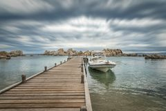 Шлюпки причаленные к моле на des Pecheurs гостиницы на острове Cavallo Стоковые Фотографии RF