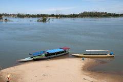 Шлюпки причалили на портовом районе городка пляж песка стоковое фото