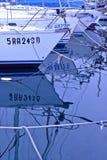 Шлюпки причалили с отражением корпуса в море Стоковые Изображения RF