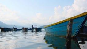 Шлюпки связанные концом-вверх на озере Pheva сток-видео