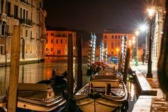 Шлюпки состыкованные вдоль канала Венеции Италии стоковое фото