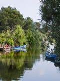 шлюпки удя озеро Стоковые Фото