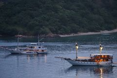 Шлюпки Pinisi на Labuan Bajo, Flores Индонезии Стоковые Фотографии RF