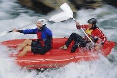 шлюпки rapids 2 людей вниз раздувные полоща Стоковые Изображения RF
