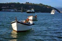 Шлюпки ` s рыболовов и яхта перед Ligurian взглядом побережья от шлюпки Стоковая Фотография