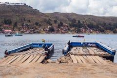 Шлюпки Titicaca озера для того чтобы пересечь озеро Стоковая Фотография