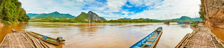 шлюпки touristic Красивая панорама ландшафта, Лаос стоковые изображения