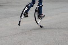 Шлямбур на ногах для высокого прыжка стоковое фото