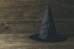 Шляпа ведьмы на деревянном столе Стоковые Фото